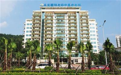 """10月9日,三亚市中医院的建筑外墙披上了""""绿装""""."""